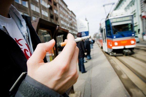 Na zastávkach sú fajčiari otravní.