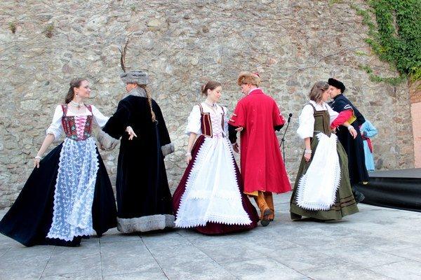 Združenie Fringia predvádza nielen dobové boje, ale aj tance.