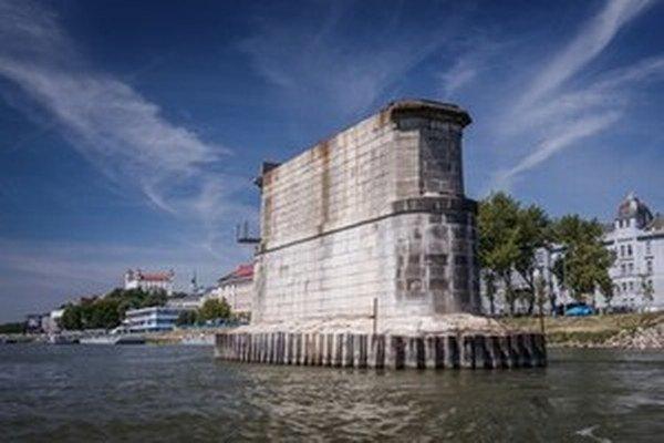 Práce na rekonštrukcii Starého mosta sa prerušili kvôli možným bombám na dne Dunaja.