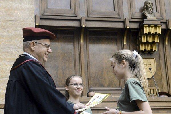 Na Univerzite Komenského dnes promovali študenti vo veku od 9 do 14 rokov.