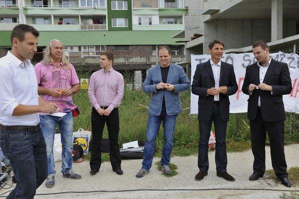 Kandidáti na primátora Bratislavy a starostov Petržalky pred nedostavanou stavbou Domino na Jasovskej ulici v Petržalke.