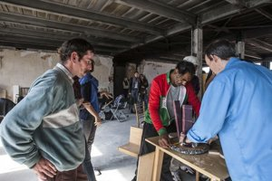 Ľudia bez domova a španielský dizajnér Curro Claret vyrábajú spolu nábytok do denného stacionára Domec na Mýtnej.
