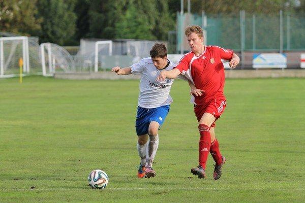 Hráči FK Rača (v červených dresoch) zvíťazili v 8. kole III. ligy v Bernolákove rozdielom triedy a sú na treťom mieste tri body za Dunajskou Lužnou a Rohožníkom.