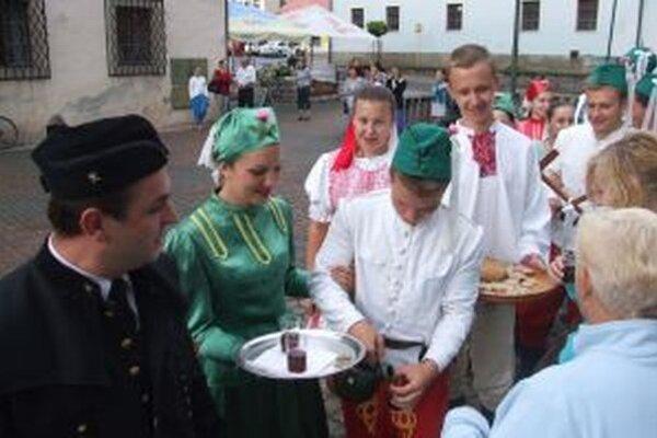 Folkloristi ponúkali ľudí chlebom a vínom.