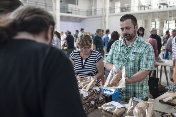 Štefan Hrončo z biopekárne.sk. V Dunajskej Lužnej pečú chlieb z kvásku, majú tu kamenný mlyn aj podnikovú predajňu.