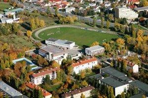 Vedľa futbalového ihriska v Rači má investor postaviť multifunkčný športový areál.