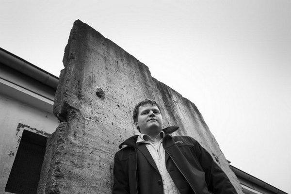František Neupauer pred fragmentom berlínskeho múru, ktorý sa má stať súčasťou Námestia Slobody.