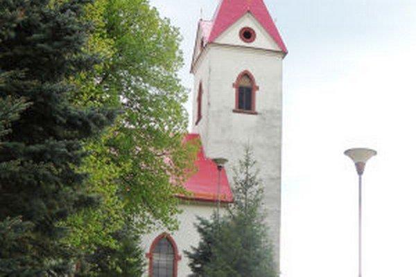 Dar rodáka pomohol zrekonštruovať strechu evanjelickej fary, opraviť strechu na kostole a vymeniť dve okná na kostolnej veži.