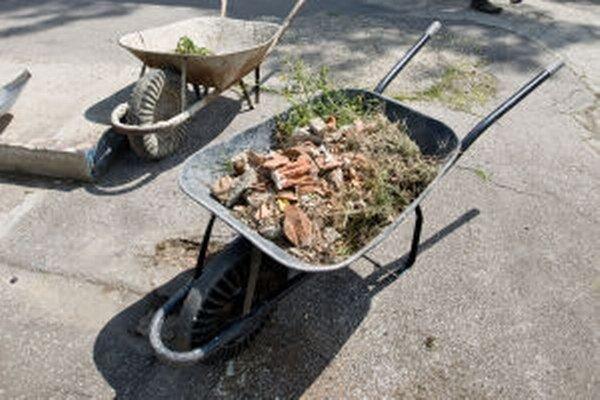 Dávky si desiatky, možno aj stovky, Žiarčanov budú odpracovávať čistením mesta.