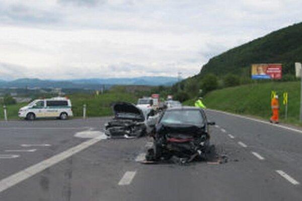 Vodiči križovatku kritizujú. Tí, prichádzajúci z R1, nevidia autá prichádzajúce zľava. Prekáža im kopec (vľavo za policajnou dodávkou).