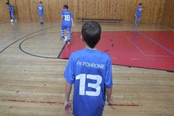 Chlapci z FK Pohronie počas tréningu v škole.