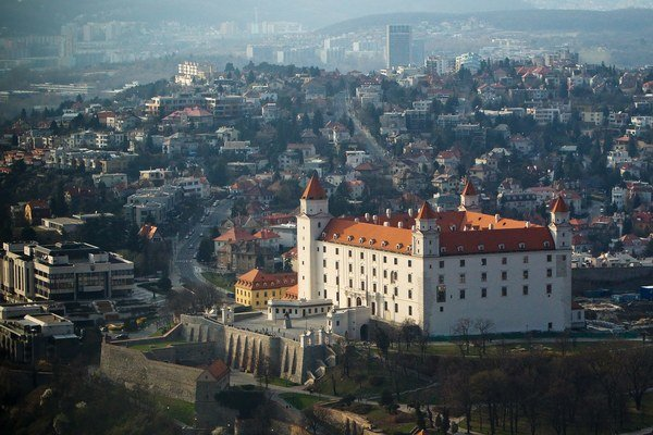 Hrad je dominantou Bratislavy.