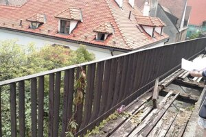 Zničené vyhliadky mestských hradieb.