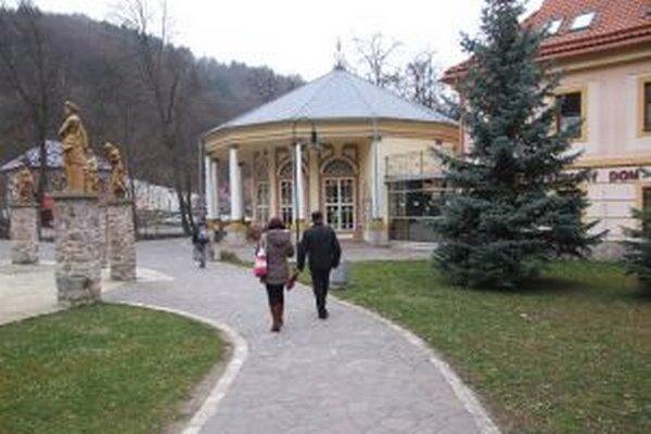 Sklené Teplice. Kúpeľnú obec navštevujú ľudia z celého Slovenska. Mnohí z nich si prezidentské voľby nemohli nechať ujsť.