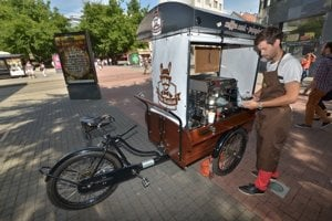Vozík s kávovarom má 350 kilogramov.