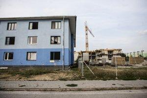 Mestské byty vyrastú v tesnej blízkosti problémového modrého domu.