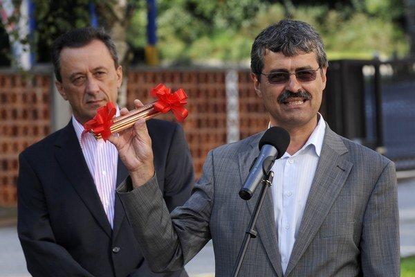 Generálny riaditeľ Ľubomír Belfi (vľavo) je nominantom Smeru, zodpovednosť za jeho činy by však podľa strany mal niesť primátor Milan Ftáčnik (nezávislý s podporou Smeru) stojaci vpravo.