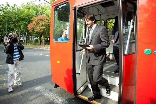 Minulý rok sa do Európskeho týždňa mobility zapojili aj členovia vlády. Robert Kaliňák do práce prišiel trolejbusom.