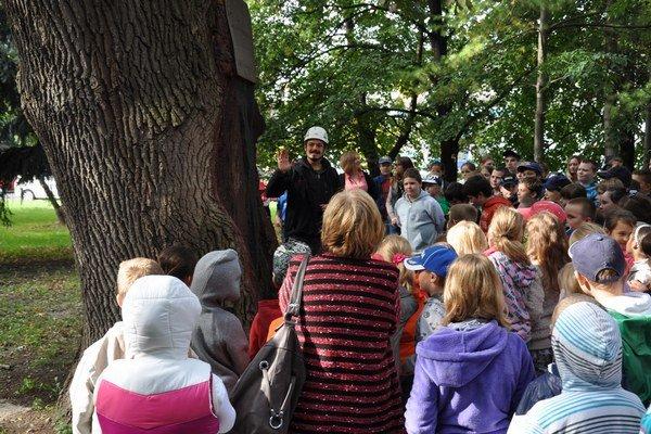 Medzi najstaršie stromy v meste patrí dub letný v Ružovej doline. Jeho ošetrenie prilákalo aj deti z vedľajšej školy.