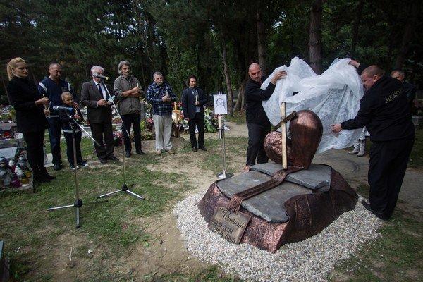 Pomník týranej Lucky odkryli v Ružinove v pondelok o 14.00.