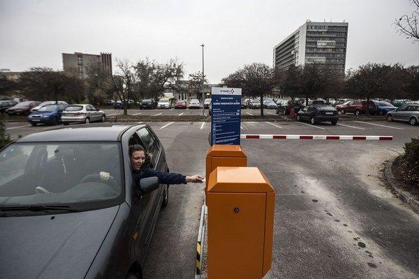 Na parkovisku pred nemocnicou v Ružinove pribudli rampy, od pondelka sa tu za parkovanie platí.