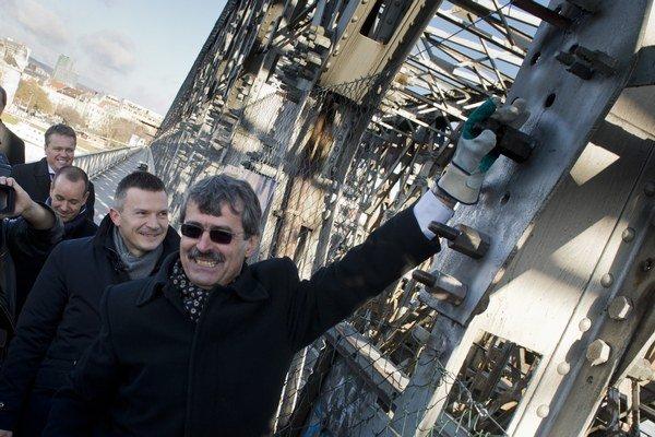 Prvé tri matice z mosta postupne odkrútili primátor Milan Ftáčnik, minister Ján Počiatek a eurokomisár Johannes Hahn.