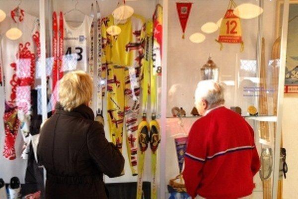 Expozíciu lyžovania v Kremnici sprístupnili v nových priestoroch, v Bellovom dome.
