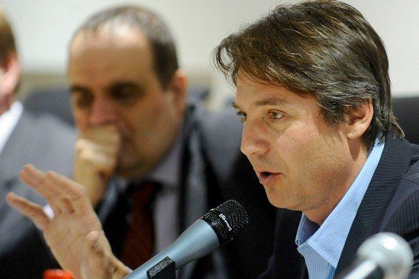 Ivo Nesrovnal (v popredí) je prvým kandidátom na primátora. V pozadí je predseda SDKÚ Pavol Frešo.