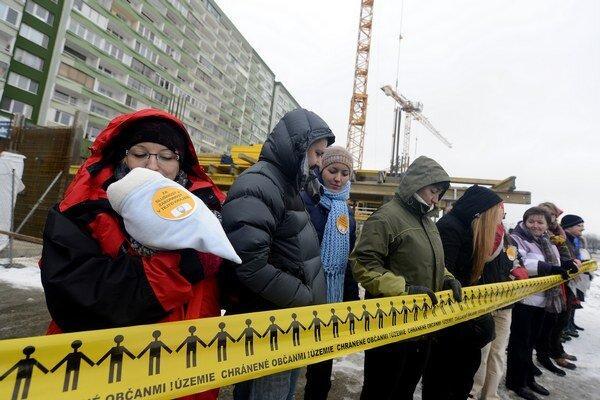 Protest obyvateľov proti výstavbe objektu Domino na Jasovskej.