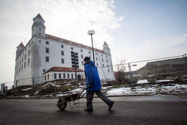 Garáže majú budovať za Hradom. Tie medzi palácom a parlamentom veľký úspech nemajú.