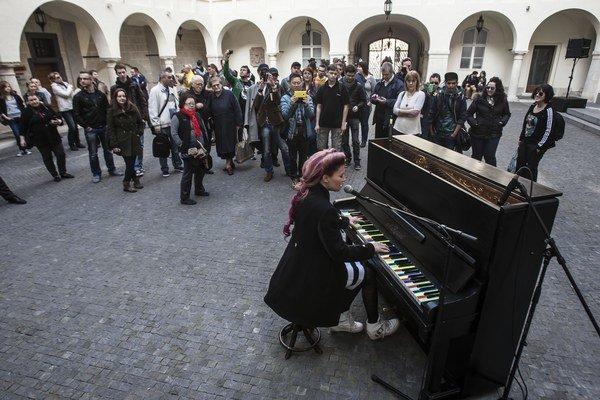 Speváčka Mária Čírová krstí bratislavský pouličný klavír.