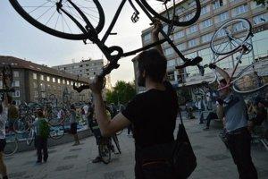 Neformálna cyklojazda Critical Mass oslavuje mestskú cyklistiku.