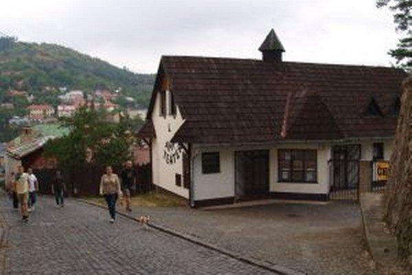 Vchod do amfiteátra. Hoci ide o architektúru z 90. rokov minulého storočia, jeho strechu pokrýva tradičný šindeľ.