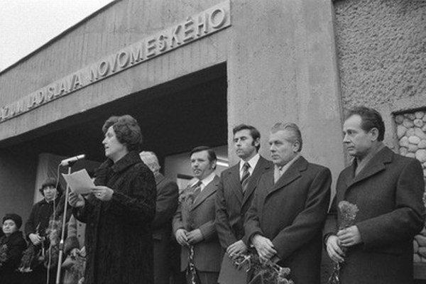 Archívna fotka z 22. decembra 1976, kedy škola dostala názov Gymnázium Laca Novomestského.