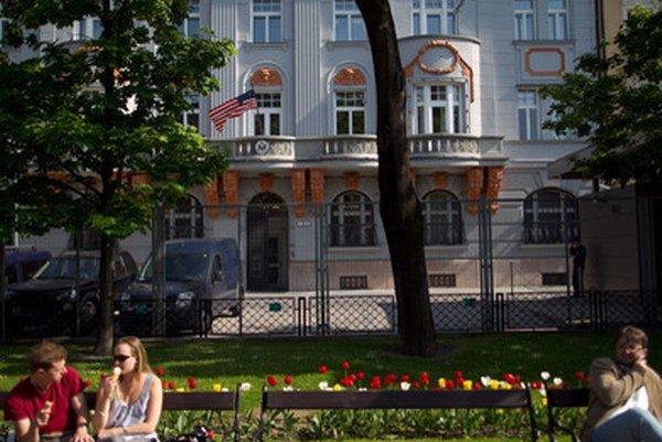 Americké veľvyslanectvo sídli v dvoch budovách na Hviezdoslavovom námestí. Jednu vlastní od roku 1948, druhú si prenajíma od ministerstva kultúry.