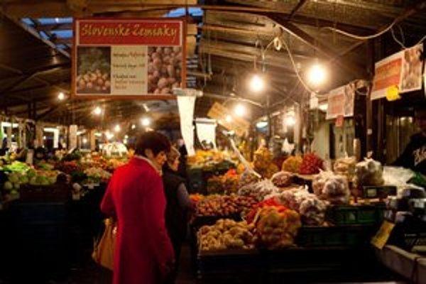 Trhovníci so zeleninou predávajú aj v chladnom počasí.