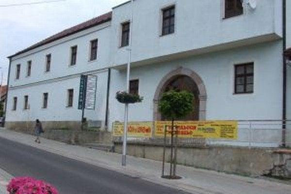 Podnikateľské centrum v Novej Bani. Aj túto budovu mesto plánuje obnoviť.