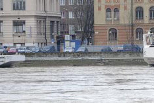 Dunaj stúpa. na snímke situácia z rána 7. januára.