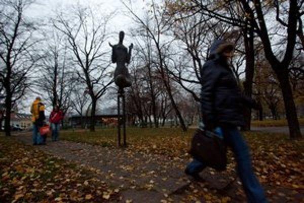 Park na Račianskom mýte majú strážiť kamery, pribudnú majú aj nové chodníky a preliezky.