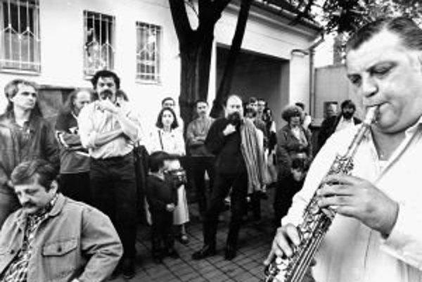 Od jari do jesene nebol dvor redakcie na Mýtnej len miestom oddychu pre redaktorov, ale aj priestorom na verejné akcie.