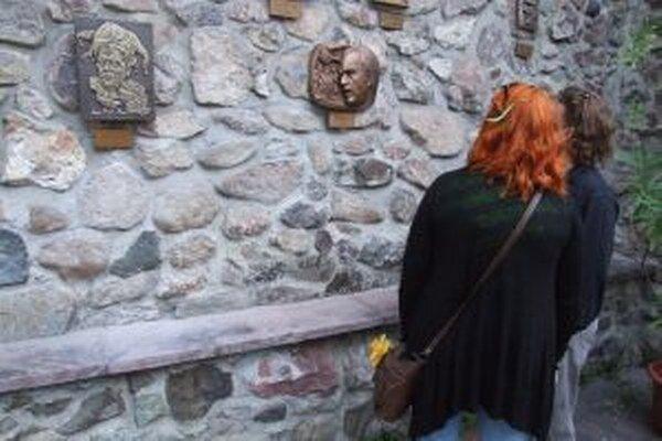 V Uličke slávnych nosov, vľavo reliéf Petra Scherhaufera.