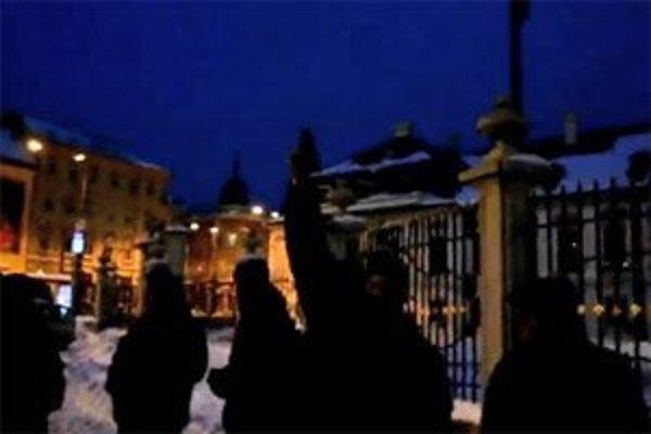 Muž pred Prezidentským palácom niekoľkokrát vystrelil do vzduchu.