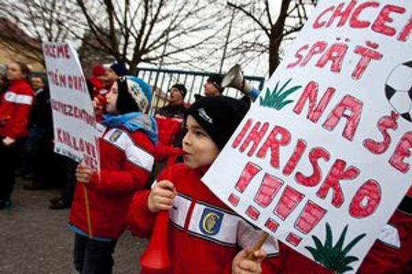 Malí futbalisti dnes protestovali pred ihriskom, ktoré museli opustiť pre spor o jeho prenájom.