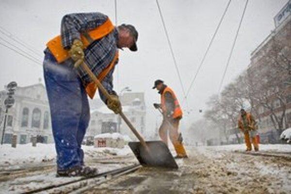 V Bratislave opäť sneží, doprava je spomalené, ale dostane sa zatiaľ všade.