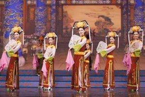 Predstavenie sprevádza príbehmi z histórie Číny.