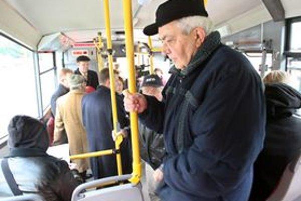 Starší ľudia môžu do marca cestovať len na občiansky preukaz.