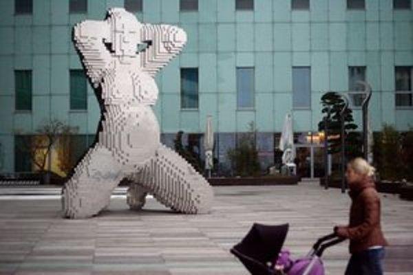 Žena alebo In Utero od Davida Černého pribudla s ďalšími sochami pri River Parku.