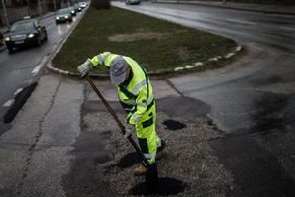 Asi 4000 je výtlkov na cestách v Bratislave po zime.