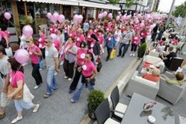 Vlani sa pochodu proti rakovine prsníka zúčastnilo v Bratislave viac ako 4000 ľudí.