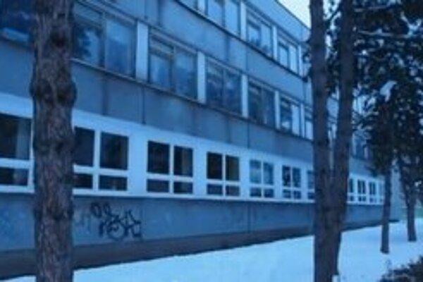 Stav okien v škole na Hubeného je havarijný, na ich výmenu dostali dotáciu.